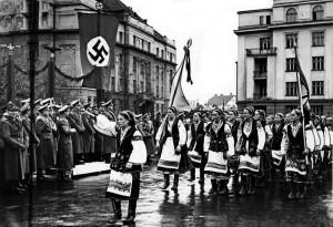 Hans Frank przyjmuje defiladę ukraińskich nacjonalistów w Stanisławowie