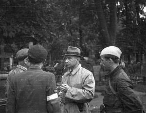 Kazimierz Iranek-Osmecki wizytuje cmentarz ewangelicki w czasie Powstania warszawskiego