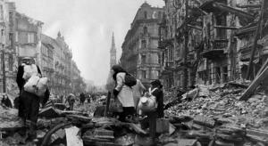 Mieszkańcy opuszczają Warszawę po Powstaniu warszawskim