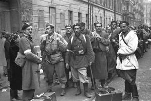 Powstańcy warszawscy opuszczają Warszawę
